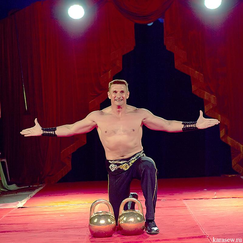 Картинки силача в цирке